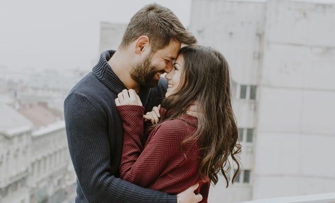 ¿Puedo contagiar la periodontitis a mi pareja al besarla?